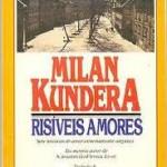 """""""Risíveis amores (1969 )-Milan Kundera . Nos sete contos de Risíveis amores, Milan Kundera retira do amor e do sexo a seriedade que normalmente costuma recobri-los. As situações se desenvolvem a partir de um mal-entendido, de um jogo com o outro. A mentira - ou a a arte de iludir e ser iludido - está sempre em foco. Mas o engano, que se inicia como brincadeira, revela depois como o auto-engano governa todos os aspectos da vida. Assim, dois namorados fingem que não se conhecem e aos poucos percebem como são, de fato, dois estranhos. Em outro conto, um homem muito hábil mente e brinca com as pessoas, mas elas são tão crédulas que ele perde o controle da situação. Não são apenas histórias de amor que fazem rir. São, também, histórias sobre tentativas de repor alguma verdade na experiência amorosa. Milan Kundera (1 de abril de 1929, em Brno, Tchecoslováquia.   Vive na França desde 1975, sendo cidadão francês desde 1980. Seus romances geralmente tratam de escolhas e decepções. Em seus livros é recorrente a crítica ao regime comunista e à posterior ocupação russa de seu país, em 1968, quando foi exilado e teve sua obra proibida na então Tchecoslováquia. Entre outros prémios, Milan Kundera recebeu, pelo conjunto da sua obra, o """"Common Wealth Award"""" de Literatura (1981) e o """"Prémio Jerusalém"""" (1985). Sua obra principal, """"A Insustentável Leveza do Ser"""" ganhou em 1988 uma adaptação para o cinema, sob a direção de Philip Kaufman e com Daniel Day-Lewis, Juliette Binoche e Lena Olin no elenco."""