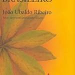 """""""Viva o povo brasileiro"""" (1984)- João Ubaldo Ribeiro.   Apesar de ser baseado em fatos reais da história brasileira, como a ocupação portuguesa, a vinda da família real, o Estado Novo e a ditadura, é uma narrativa com personagens fictícios. Os fatos da vida destes últimos se entrelaçam com os episódios da trajetória do Brasil como a invasão holandesa, por exemplo. A obra retrata cerca de 400 anos de história do país (se inicia em 1647 e vai até 1977), e boa parte do texto se ambienta na Ilha de Itaparica, apesar de no decorrer da trama outros cenários como Rio de Janeiro, São Paulo e Liboa, sejam visitados. O livro tem vários personagens. Em cada momento da narrativa um se destaca e, mesmo sendo de núcleos diferentes, muitos deles interagem entre si ou têm ligações. Dentre os principais estão: Perilo Ambrósio Góes Farinha (Barão de Pirapuama), Amleto Ferreira, Maria da Fé, Vevé, Patrício Macário, Nego Leléu e Vú."""