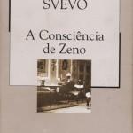 """""""A consciência de Zeno"""" (1923) Ítalo Svevo.  Já no fim da vida, Zeno Cosini, um bem-sucedido empresário de Trieste (norte da Itália), decide fazer um balanço de suas experiências no divã de um analista. Ali, deitado no estreito sofá, ele começa a se dar conta de que toda a sua história, passada e presente, se compõe de pequenos fracassos: o casamento com uma mulher que ele não escolheu, o trabalho que não lhe agradava, as tentativas falhadas de parar de fumar ou de simplesmente mudar de rumo, ter outro destino. A lenta escavação dos fatos e das impressões pela memória é então submetida à visão implacável, irônica e às vezes hilariante de Zeno - que assim, de certa forma, consegue libertar-se da """"doença"""", mas não de suas neuroses. Imediatamente aclamada por autores do porte do romancista James Joyce e do poeta Eugenio Montale, esta obra-prima de Italo Svevo põe do avesso as distinções entre sanidade e loucura, sucesso e derrota, ao mesmo tempo em que expõe ao ridículo os valores da moral burguesa. Valendo-se de recursos próprios da psicanálise, como a livre associação de idéias, o romance faz ainda uma sátira da ciência criada por Freud - de quem Svevo, aliás, foi tradutor. Italo Svevo, pseudônimo de Aron Hector Schmitz, nome depois italianizado para Ettore Schmitz (Trieste, 19 de dezembro de 1861 — Motta di Livenza, 13 de setembro de 1928), escritor e dramaturgo italiano,  quinto dos oito filhos de uma abastada família judia originária da Alemanha."""