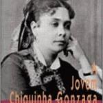 """""""A jovem Chiiquinha Gonzaga"""" (   )- Ayrton Mugnaini Jr. Chiquinha Gonzaga foi uma pioneira na defesa da cultura nacional e uma mulher adiante do seu tempo. Este livro narra a infância e a juventude dessa brasileira, nascida no Rio de Janeiro em 1847, filha de um rígido militar e de uma modesta mestiça. Lutando contra todas as adversidades, foi em busca de seus sonhos, consagrando-se como um dos grandes nomes da música popular brasileira. Ayrton Mugnaini Jr. é Jornalista, compositor, tradutor, pesquisador de música popular, escritor, radialista e até humorista. Colaborador de publicações como Dynamite, Cães & Cia., Superinteressante, Poeira Zine, 20/20 Brasil e virtuais como Senhor F, Burburinho, Yahoo Brasil e Garage Hangover. Autor de livros sobre Adoniran Barbosa, Roberto Carlos, Rita Lee, John Lennon, Chiquinha Gonzaga, Raul Seixas, o grupo Queen e outros, além da primeira enciclopédia sobre música sertaneja e da primeira grande pesquisa mundial sobre música e circo, para o Centro de Memória do Circo. Consultor da Enciclopédia da MPB (ART/Publifolha). Um dos produtores do programa Rádio Matraca."""