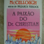 """""""A paixão do Dr. Christian"""" (1986 ) - Colleen McCullough. Uma história de criador e criatura: Judith, mulher ambiciosa e ardilosa, e Christian, um médico sem fama nem fortuna - que Judith lhe dará, mas a que preço?;A ação do livro ocorre em 2032, quando as fontes de energia secam, os transportes privados praticamente desaparecem e as famílias são amontoadas em habitações coletivas. O protagonista é o psicólogo e carismático Dr. Joshua Christian, encarregado pelo governo norte-americano para reerguer o combalido espírto da população. O romance tem uma intensa força emocional e trama complexa, com clímax surpreendente.Colleen McCullough (1 de junho de 1937) é internacionalmente aclamada como uma romancista australiana, autora de sucessos como Pássaros Feridos, Tim, entre outras obras literárias."""