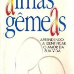 """""""Almas Gêmeas"""" (....)- Monica Buonfiglio. O que significa encontrar nossa alma gêmea? O que seria, de fato, uma alma gêmea? De onde veio a ideia de que os humanos, seres individuais, compartilhariam suas almas com outro ser?  Mônica aproveita também para esclarecer, nos bastidores, algumas questões em relação às almas gêmeas. De acordo com uma pesquisa feita pela especialista em 1995, as almas gêmeas se encontraram, a grande maioria, quando eram universitários.""""Todo mundo tem a sua alma gêmea. O ponto focal é ter afinidade e admiração quando você encontra o seu parceiro. Dessas pessoas, 90% são amigos, moram próximos, têm uma afinidade intelectual e, depois, uma afinidade sexual"""", explica Buonfiglio. Outro ponto a se levar em consideração é o bom humor. Portanto, nada de cara feia e rabugice por aí!"""