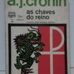 """""""As chaves do reino"""" (1941)- A.J.Cronin. O livro conta a história do Padre Chisholm, que passou cerca de 30 anos como missionário em uma cidadela da China. O primeio capítulo do livro é entitulado """"O Princípio do Fim"""", e mostra um diálogo entre Chisholm e outro padre, que vem dizer que ele (Chisholm) deveria se aposentar por estar velho e ensinando coisas erradas ao povo, e por ter uma visão equivocada da realidade. No primeiro capítulo se tem a impressão de que o protagonista realmente tem uma concepção distorcida das coisas, da vida e da sua própria religião. É aí que Cronin começa a contar, a partir do segundo capítulo, a história de Chisholm desde a sua mais tenra idade, quando ele teve motivos de sobra para seguir a carreira de padre. Quando você chega ao último capítulo (cujo título é """"O Fim do Princípio""""), em apenas três páginas acontece o desfecho do primeiro capítulo, e é onde a opinião do leitor sobre todos os envolvidos na história é absolutamente diferente. O autor, o escritor escocês Archibald Joseph Cronin (Cardross, 19 de Julho de 1896 — Montreux, 6 de Janeiro de 1981),  era formado em Medicina. Escreveu romances idealistas de crítica social, traduzidos em vários idiomas, e alguns deles adptados ao cinema e à televisão."""