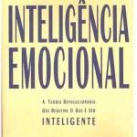 """""""Inteligência emocional"""" (1996)- Daniel Goleman. Inteligência é emocão. QI não é destino. O fascinante e convincente livro 'Inteligência Emocional', do psicólogo Daniel Goleman, phd, revela que a nossa visão sobre este assunto ainda é muita estreita. Ao contrário do saber científico que dominou o mundo ocidental no últimos séculos, Daniel Goleman revoluciona conceitos mostrando que o QI de uma pessoa não é garantia de sucesso e felicidade. No Brasil, o livro de Goleman tornou-seu um verdadeiro fenônemo editorial com mais de 400 mil exemplares vendidos. Utilizando inovadoras pesquisas cerebrais e comportamentais, Goleman, PhD pela Universidade de Harvard, mostra porque pessoas de QI alto fracassam e outras, cujo quociente é mais modesto, apresentam uma trajetória de vida de sucesso. O livro de Goleman ainda derruba um outro tabu: o mito de que a inteligência seria determinada pela genética. Para o cientista, a inteligência está ligada à forma como negociamos as nossas emoções. A inteligência emocional seria esta capacidade de autoconsciência, controle de impulsos , persistência, empatia e habilidade social. A tese de Goleman está baseada numa síntese original, feita a partir de pesquisas e recentes descobertas sobre o funcionamento do cérebro. Ele mostra como a inteligência emocional pode ser alimentada e fortalecida em todos nós, principalmente na infância, período no qual toda a estrutura neurológica encontra-se em formação."""