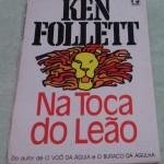 """""""Na toca do leão"""" (1986)- Ken Follett. Há um vale no Afeganistão rodeado de montanhas agrestes. Seu nome é Vale dos Cinco Leões, lugar de que falam as mais antigas lendas, onde homens e costumes permanecem imutáveis desde tempos imemoriais. Kenneth Martin Follett (Cardiff, 5 de junho de 1949), escritor nascido no País de Gales, autor de thrillers e romances históricos, vendeu mais de 100 milhões de cópias de seus trabalhos. Quatro de seus livros alcançaram número um no ranking de best-sellers do New York Times: """"Triângulo"""" (1979), """"A Chave de Rebeca"""" (1980), """"O Vale dos 5 Leões"""" (1986) e """"Mundo Sem Fim"""" (2007)."""