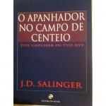 """""""O apanhador no campo de centeio"""" (1951)- J.D.Salinger. O livro narra um fim-de-semana na vida de Holden Caulfield, um jovem de dezessete anos vindo de uma família abastada de Nova Iorque. Holden, estudante de um reputado internato para rapazes, o Colégio Pencey, volta para casa mais cedo no inverno, depois de ter recebido más notas em quase todas as matérias e ter sido expulso da escola. No regresso para casa, decide fazer um périplo, adiando, assim, o confronto com a família. Holden vai refletindo sobre a sua curta vida, repassando sua peculiar visão de mundo e tentando definir alguma diretriz para seu futuro. Antes de enfrentar os pais, procura algumas pessoas importantes para si, como um professor, uma antiga namorada, sua irmãzinha, e, junto a eles, tenta explicar e inclusive entender a confusão que passa pela sua cabeça. Jerome David Salinger (Nova Iorque, 1 de janeiro de 1919 — Cornish, New Hampshire, 27 de janeiro de 2010), escritor norte-americano cuja obra mais conhecida é justamente o  romance """"O Apanhador no Campo de Centeio"""". Filho de pai judeu de origem polaca e mãe de origem escocesa e irlandesa, começou escrevendo ainda na escola secundária, e publicou vários contos no início da década de 1940, antes de servir na II Guerra Mundial. Em 1948, escreveu o seu primeiro conto aclamado pela crítica, """"Um dia perfeito para Peixe-banana"""", publicado na revista The New Yorker, que seria o local de onde sairiam mais outros contos seus nos anos seguintes."""