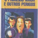"""""""O Primeiro Amor e Outros Perigos (1999)- Marçal Aquino. Vinícius se apaixona por Bianca, sua amiga. Só que ela resolve namorar Fernando, o melhor amigo dos dois. Para complicar, passam o tempo todo juntos no colégio, investigando a misteriosa morte do professor de português. Marçal Aquino (Amparo/SP, 1958), jornalista, escritor e roteirista de cinema. Trabalhou como revisor, repórter e redator nos jornais """"O Estado de São Paulo"""" e """"Jornal da Tarde"""" na contemporaneidade, trabalha como jornalista fre-lancer e contribuiu recentemente para a revista """"Época São Paulo"""". Escreve ficção adulta e juvenil, faz roteiros para o cinema, tendo atuado como consultor no IV Laboratório de Roteiros Sundance/Rio Filmes a convite do Sundance Institute dos Estados Unidos, em 2002."""