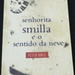 """""""Senhorita Smilla e o sentido da neve"""" (1994)- Peter Hoeg. Smilla Qaavigaaq Jaspersen é a heroína deste livro. Meio groenlandesa, meio dinamarquesa, Smilla tem 37 anos e vive sozinha num apartamento próximo ao porto de Copenhague. Seu pai, médico renomado, golfista, bon vivant e socialite, é um frio dinamarquês paralisado pela própria racionalidade. A mãe, morta quando Smilla tinha seis anos, era uma caçadora esquimó. Foi ela quem ensinou a Smilla que as mulheres podem ser fortes como os homens. Morando no país que colonizou sua terra natal, Smilla não quer adaptar-se a um sistema que despreza. Contenta-se com seu ofício de glacióloga e gosta do isolamento em que vive. Para ela a agitação dos homens é muito menos interessante que as infinitas conformações do gelo e da neve. Mas Smilla não pôde resistir a Isaías, o garotinho groenlandês que mora no apartamento acima do seu. Isaías é teimoso como Smilla. Quando ele cai de um telhado e morre, Smilla sabe que algo está errado.  Peter Høeg (nascido em 17 maio de 1957) , escritor dinamarquês de ficção nasceu em Copenhagen. Antes de se tornar um escritor, trabalhou várias vezes como um marinheiro, bailarino e ator (para além de esgrima e montanhismo ) -experiências  que ele usa em seus romances. Ele recebeu um Master of Arts em Literatura pela Universidade de Copenhague , em 1984."""
