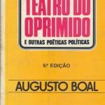 """""""Teatro do oprimido e outras poéticas ( 1973 )- Augusto Boal.  Uma das razões da popularidade do Teatro do Oprimido - criado originalmente quando seu autor, Augusto Boal, iniciava um exílio de 15 anos, durante o governo militar - está no fato de não se tratar de uma simples cartilha dogmática. Publicado pela primeira vez em 1973, traduzido para mais de 25 idiomas e utilizado em mais de 70 países, o 'Teatro do Oprimido' é um método de pesquisa e criatividade que tem como objetivo a transformação pessoal, política e social e que pode ser usado por todos aqueles que se enquadrem na categoria 'oprimidos', sejam operários, camponeses, mulheres, negros, homossexuais. A idéia de transformar o espectador em elemento ativo na encenação pretende iluminar as formas sutis ou declaradas de dominação e exclusão social, proporcionando outras maneiras de ver o mundo e as relações sociais. Para Augusto Boal, o importante é re-situar o indivíduo em seu entorno, apontando novas perspectivas de relações de poder. Augusto Pinto Boal (Rio de Janeiro, 16 de março de 1931 / Rio de Janeiro, 2 de maio de 2009) , diretor de teatro, dramaturgo e ensaísta brasileiro, uma das grandes figuras do teatro contemporâneo internacional. Fundador do Teatro do Oprimido, que alia o teatro à ação social, suas técnicas e práticas difundiram-se pelo mundo, notadamente nas três últimas décadas do século 20, sendo largamente empregadas não só por aqueles que entendem o teatro como instrumento de emancipação política mas também nas áreas de educação, saúde mental e no sistema prisional."""