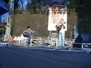 """Rafael e Pedro Lúcio representando Angatuba no palco do """"Revelando São Paulo"""", em São Paulo, no ano de 2007."""