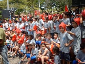 Alunos das escolas municipais comemorando o Dia do Saci no dia 31 de outubro de 2007.