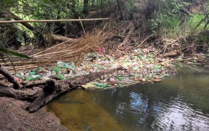Ribeirão é bloqueado pelo lixo e prefeitura de Angatuba não atende a reclamação