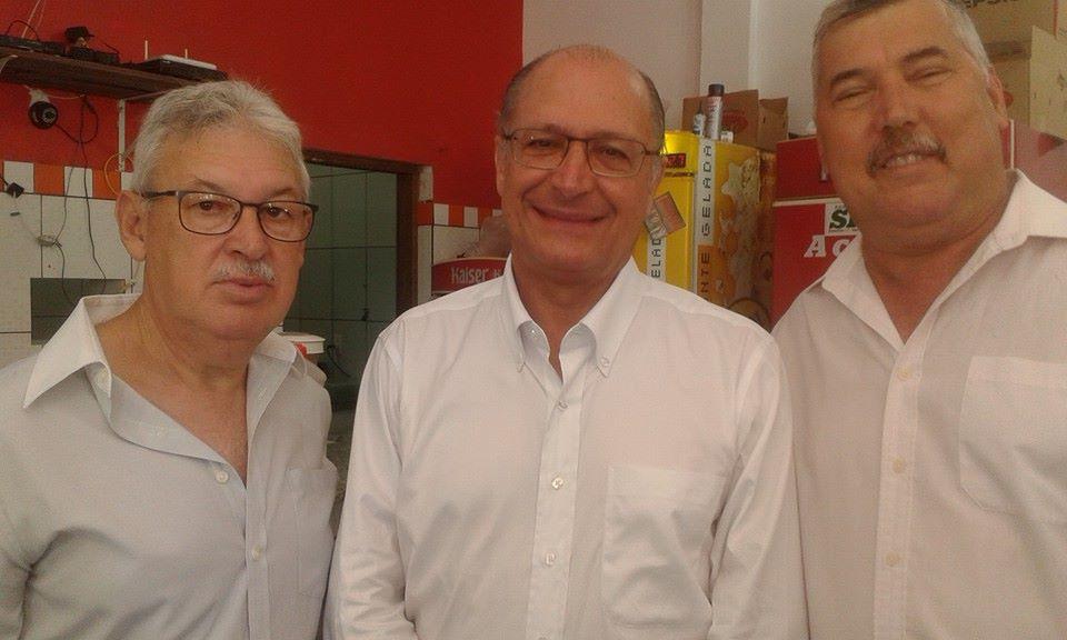 Alckmin entre os secretários municipais de Campina do Monte Alegre, Toninho Terra   e Cláudio Anibal Tavares
