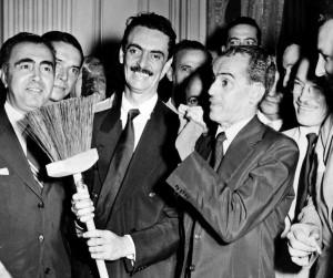 Jânio Quadros com a vassoura, o símbolo de sua campanha, para varrer a corrupção.
