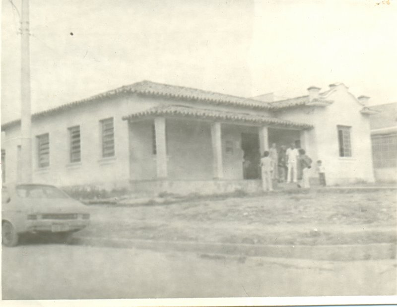 Dr. Renato, de branco, em frente ao único estabelecimento de saúde de Angatuba na época.
