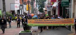 Participantes andam em marcha pelas ruas do centro de Itapeva