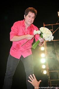 Daniel recebendo flores no show de 2012 em Angatuba. Foto : Renan Di Carli.