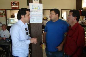 Deputado Guilherme Mussi, à esquerda, com secretário de Finanças da prefeitura de Angatuba , Marcelo Camilo e vice-prefeito, João Luiz Meira.