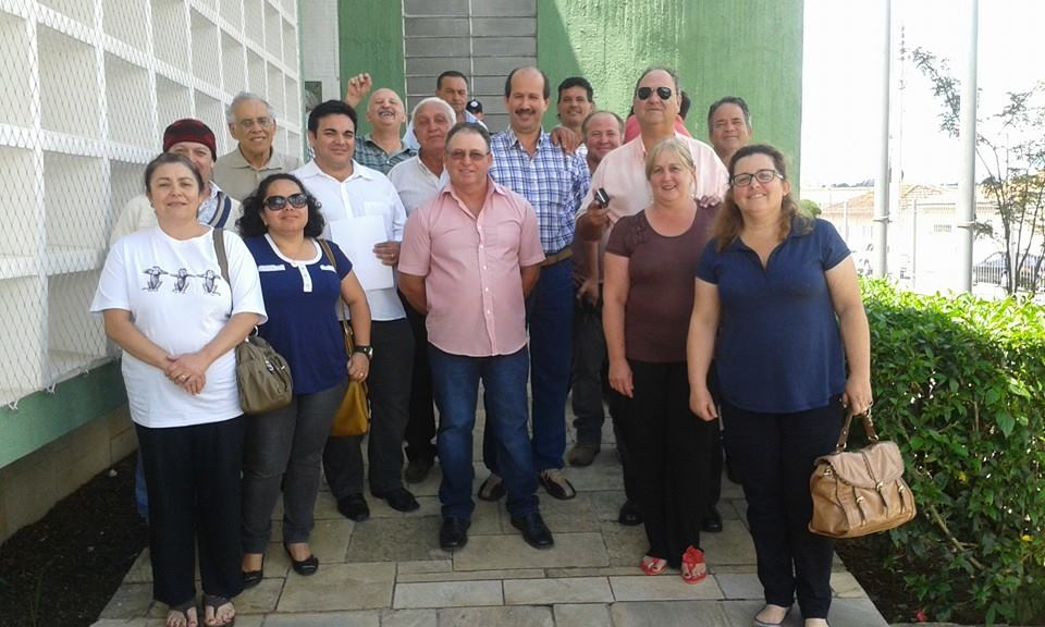 Alguns dos 33 denunciados em frente ao fórum em 2013