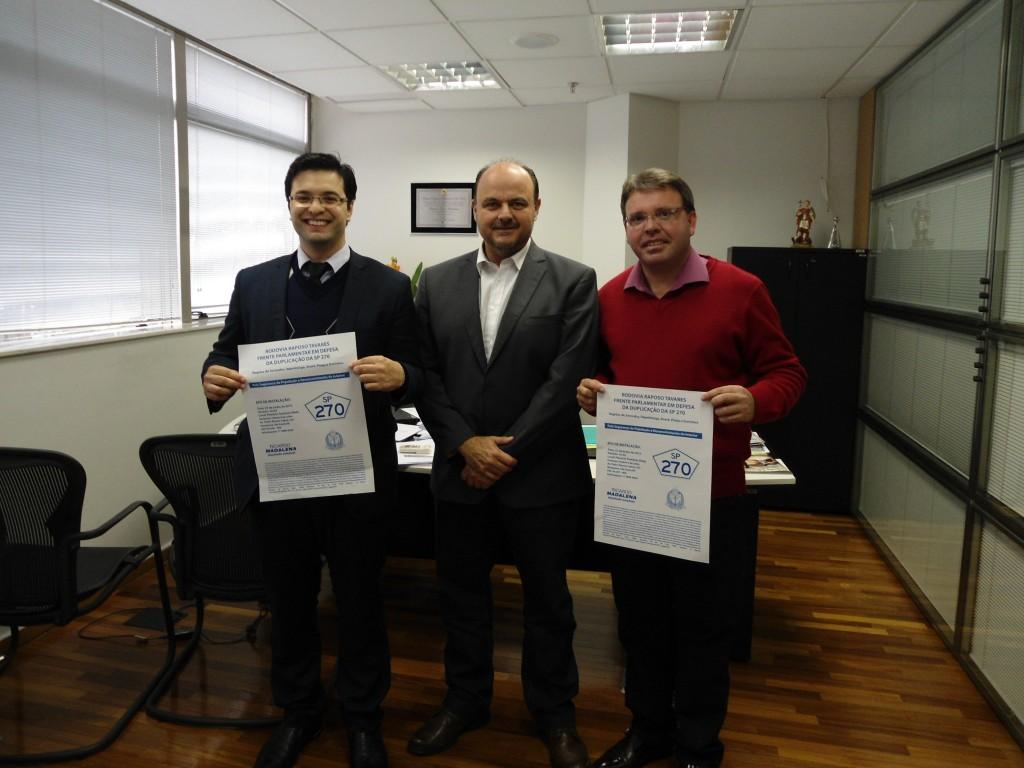 Vereadores Bruno e Akamilton ladeiam o deputado Ricardo Madalena, na Assembléia Legislativa.