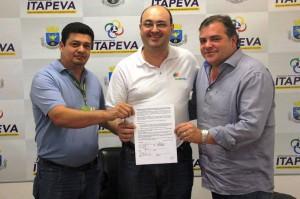 Representantes da Elektro exibem o contrato com o prefeito Roberto Comeron (à direita)