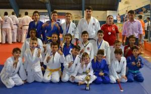 Professor Takeshi à direita acompanhado dos judocas medalhistas em Tietê.