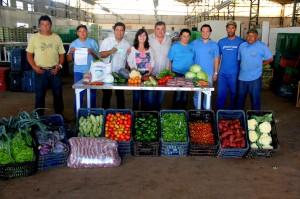 Prefeito Comeron ao centro e a secretária Rosana Bertoni. Parceria fortalecida com os agricultores do município.