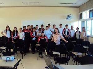 A farmacêutica Vivian Ferrari com alunos da Rede Municipal de Ensino durante Semana de Assistência Farmacêutica o ano passado