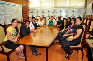 Prefeito Roberto Comeron com alunos e professores da Escola Estadual Zulmira de Oliveira que editaram Dicionário Regional de Libras em Itapeva.