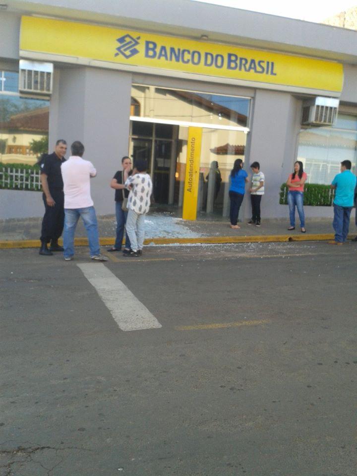 Sinais da ação dos bandidos são visíveis desda a calçada.