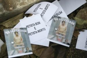 Panfletos contra o PT e o governo distribuídos no velório do ex-presidente da Petrobras e do PT José Eduardo Dutra