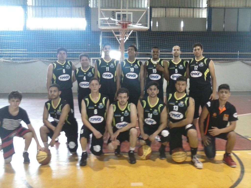 Equipe de Itapeva posa para a foto após vencer o jogo da semifinal