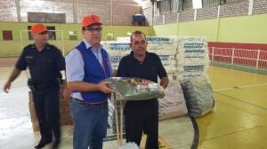 Major Ivai -Leonardo Patriarca entrega kits humanitários ao morador do Bairro da Várzea