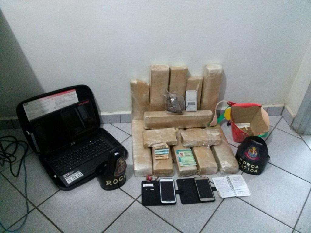 A droga, o dinheiro e os demais materiais encontrados. Divulgação: Polícia Militar.