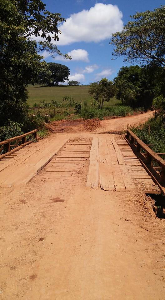 Precariedade da ponte em estrada rural contrasta com o glamour das festas promovidas pelo prefeito Calá.