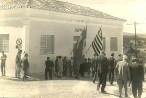 Na primeira foto a aglomeração de pessoas em frente ao primeiro prédio do fórum de Angatuba, no domingo, 29 de maio de 1966, para a a cerimônia da instalação da comarca.