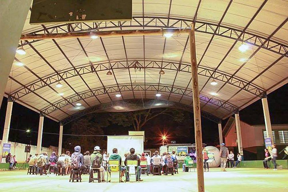 Sessão do Cinema na Escola em escola de Paranapanema.