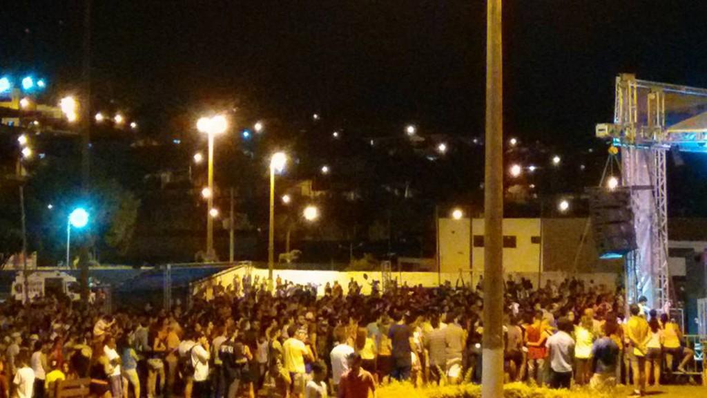 Público assiste show de Gabriel, O Pensador, na praça de Eventos Zico Campolim, em Itapeva.