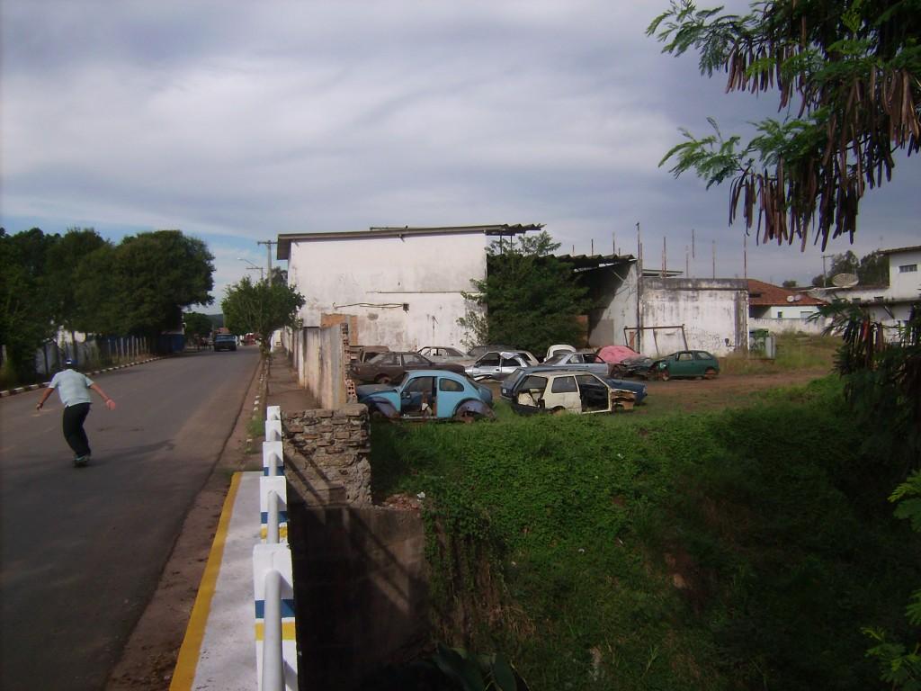 Ferro velho na rua Rosalina Carriel Orsi.