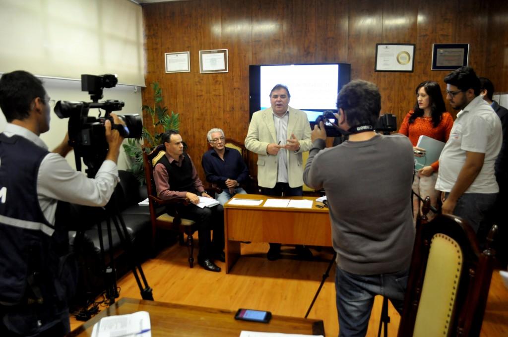 Entrevista do prefeito Comeron para explicar as medidas tomadas