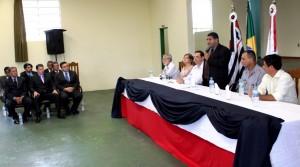 Prefeito de Cananéia falando em evento na Câmara.