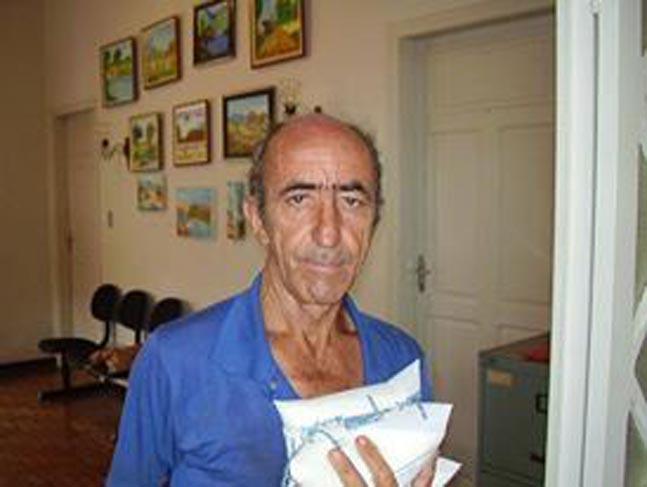 O funcionário municipal Batista entregando o leite no Fundo Social em 2006.