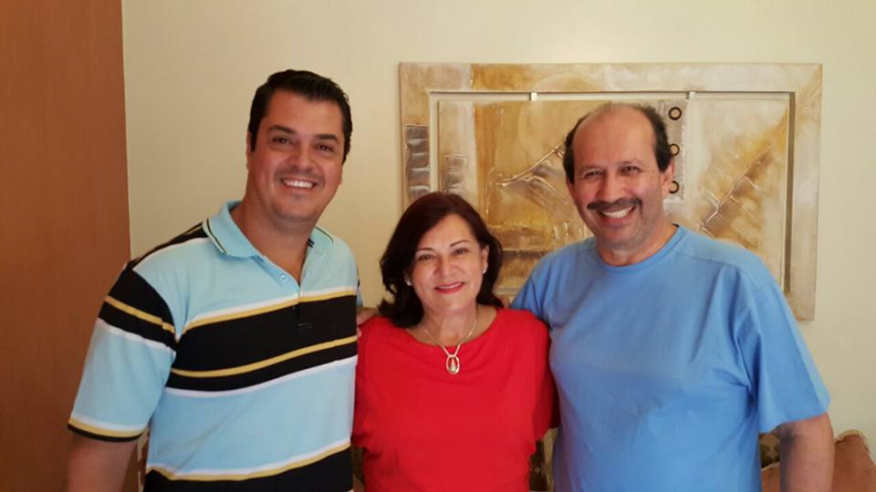Dr. Luiz,  a esposa Magali e Gil, à esquerda.