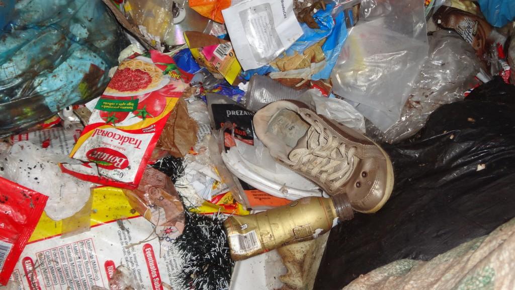 Lixo reciclável em vala do aterro sanitário, uma das práticas da administração Calá.