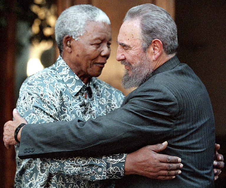 O líder sual-africano Nelson Mandela e Fidel Castro