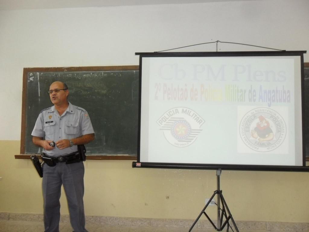 Sargento Plens ministrando aula do Proerd