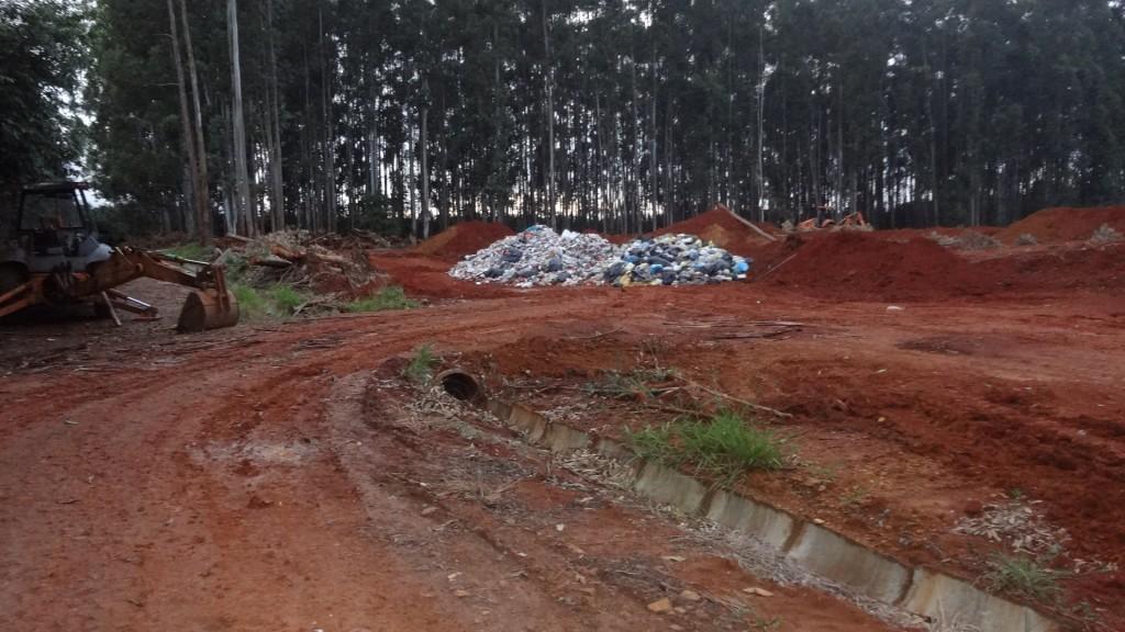 Aterro saniário, que obteve o segundo lugar no ranking da Cestesb em 2006,  hoje maltratado.