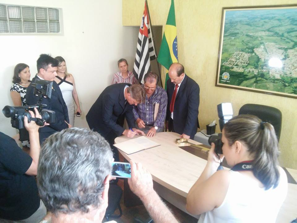 No gabinete da prefeitura,Luiz machado e Márcio sob às vistas do ex-prefeito Calá, à esquerda.
