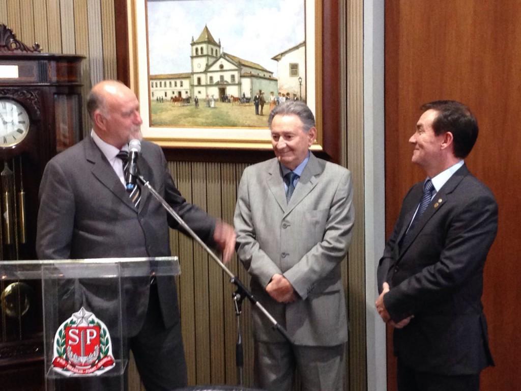 Ulysses Tassinar ladeado pelo prefeito de Itapeva, Antônio Cavani, e pelo deputado Coronel Camilo.