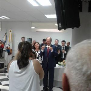 Na câmara, Luiz Machado segura a chave simbólica